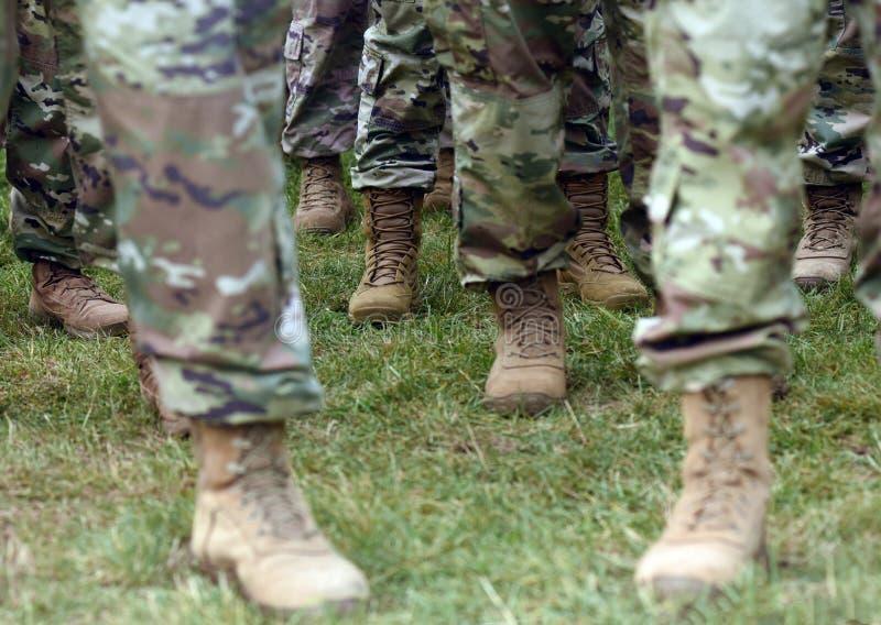 Pés dos soldados dos E.U. no uniforme militar da camuflagem verde Tropas dos E.U. foto de stock royalty free