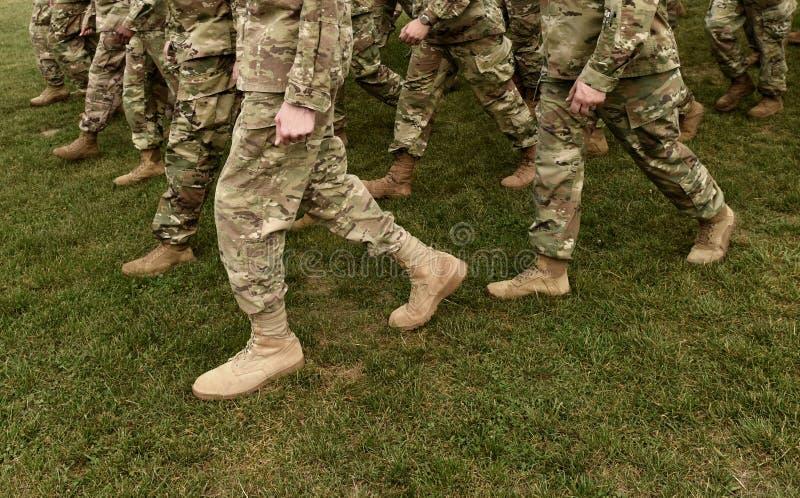 Pés dos soldados dos E.U. no uniforme militar da camuflagem verde Tropas dos E.U. imagens de stock