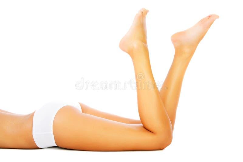 Pés e corpo fêmeas bonitos. imagem de stock