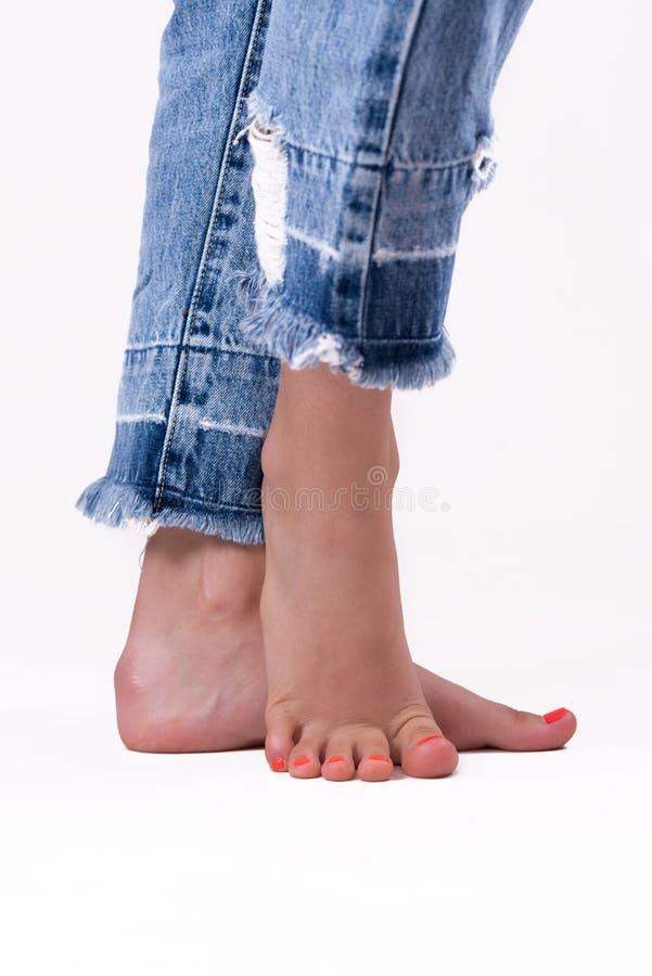 Pés e dedos do pé bonitos da menina fotografia de stock royalty free