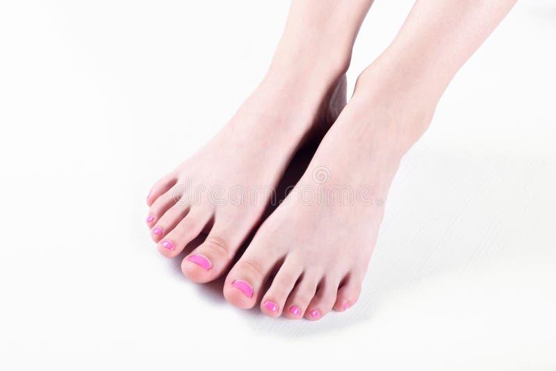Pés e dedos do pé bonitos da moça fotos de stock