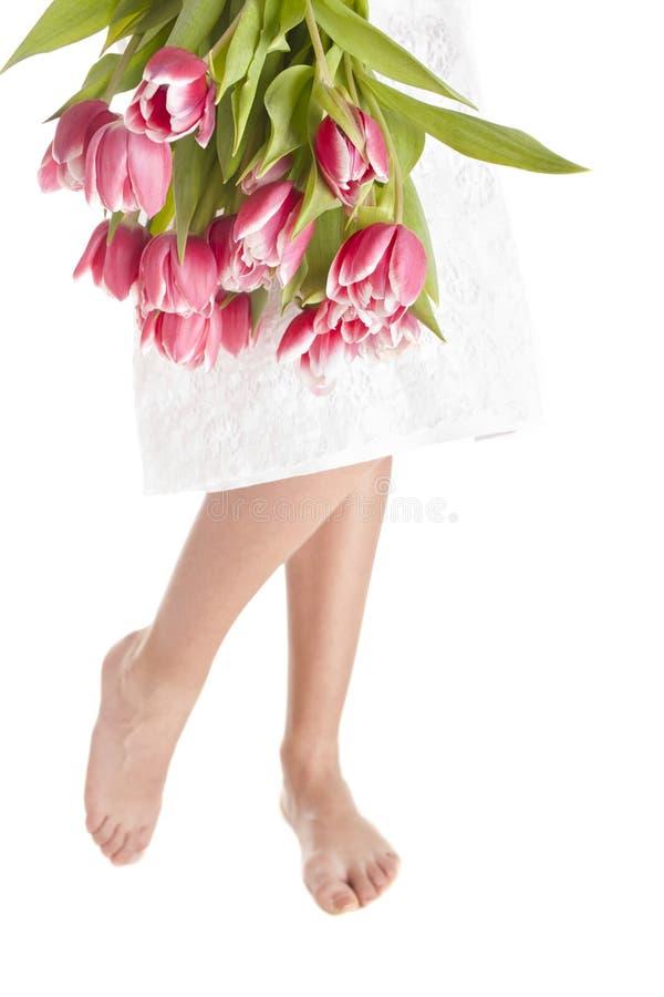Pés e flores da mulher imagem de stock