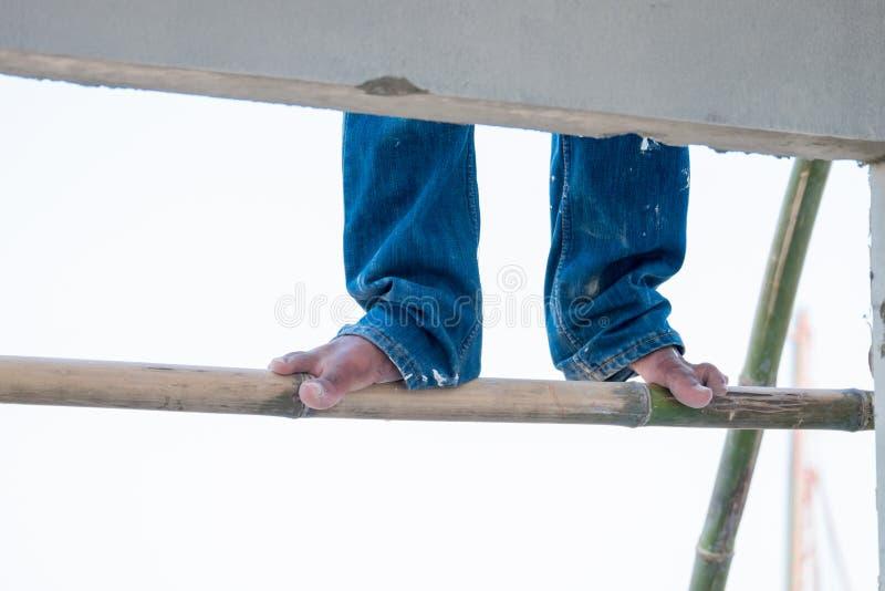 Pés e pregos com saltos secos, pele rachada, fim acima dos pés imagens de stock royalty free