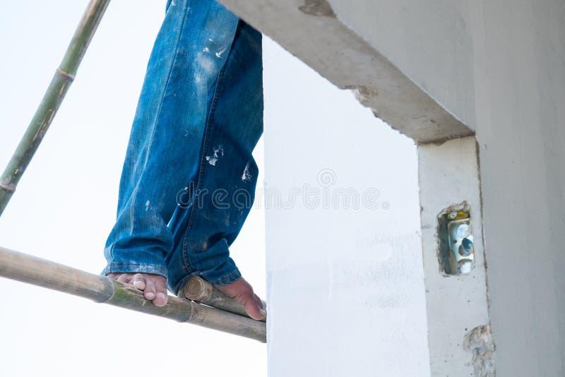 Pés e pregos com saltos secos, pele rachada, fim acima dos pés fotografia de stock
