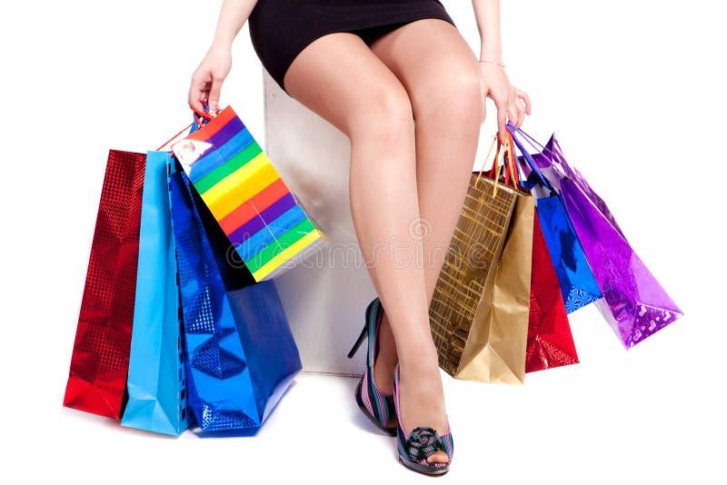 Pés e sacos shoping das mulheres imagem de stock