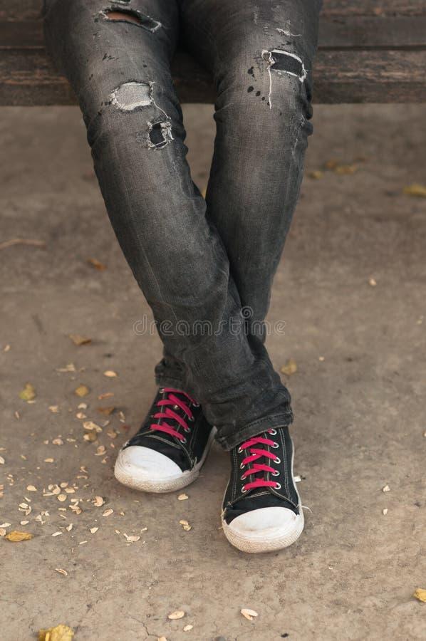 Pés e sapatilhas do adolescente fêmea imagens de stock royalty free