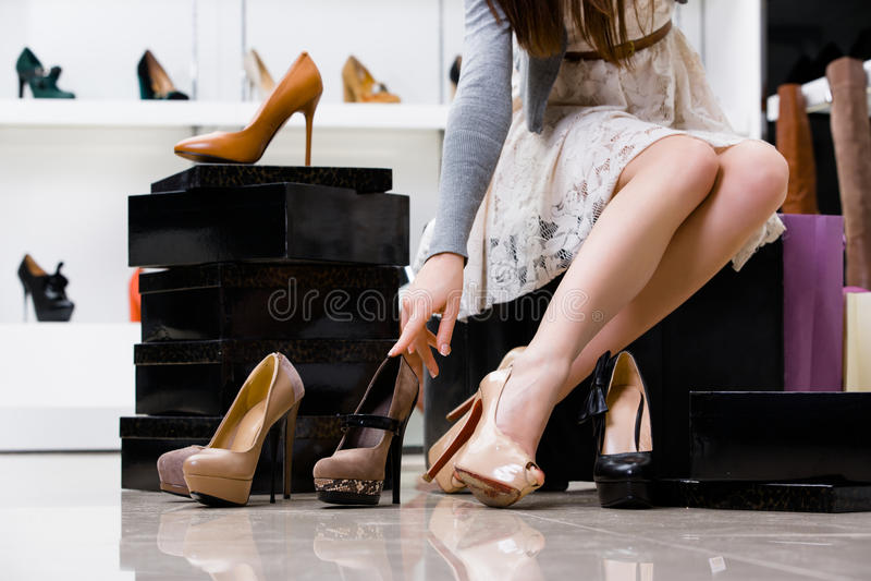 Pés e variedade fêmeas de sapatas fotos de stock royalty free
