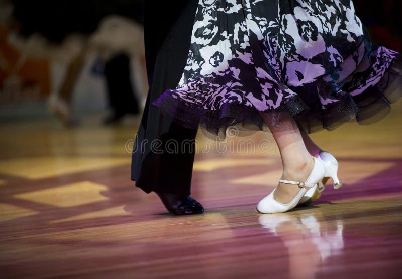 Pés efeminados e masculinos bonitos na dança de salão de baile ativa, dentro foto de stock royalty free