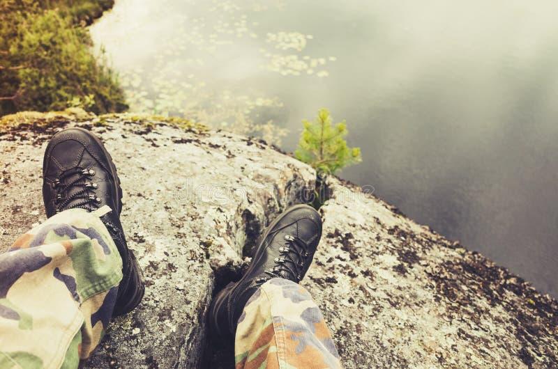 Pés em calças da camuflagem e em sapatas pretas foto de stock royalty free