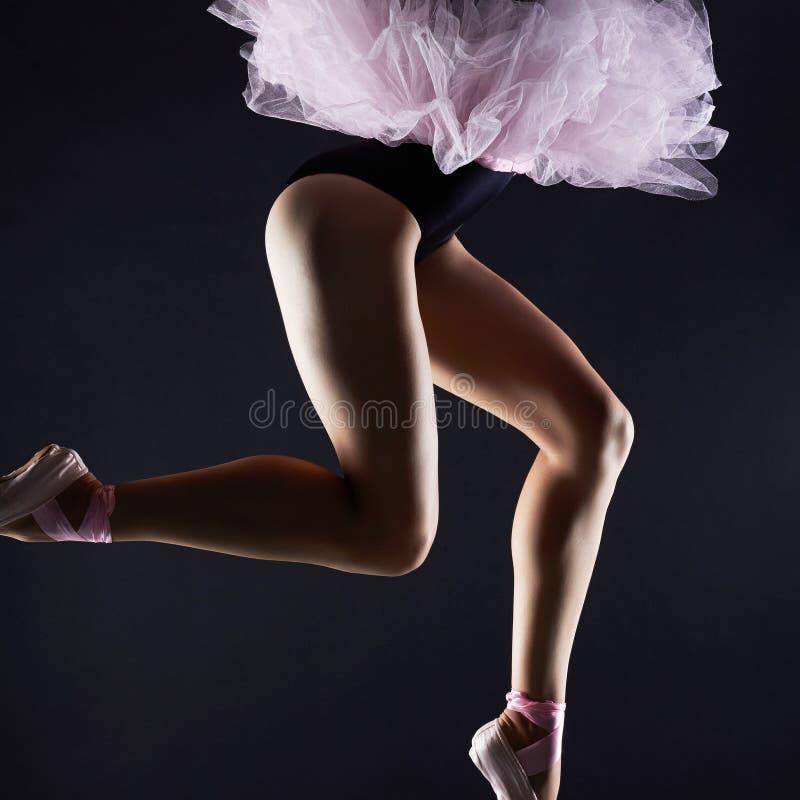 Pés fêmeas bonitos Menina do dançarino de bailado Sapatas do pointe da bailarina fotos de stock royalty free