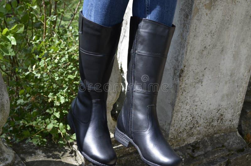 Pés fêmeas em botas altas fotos de stock royalty free