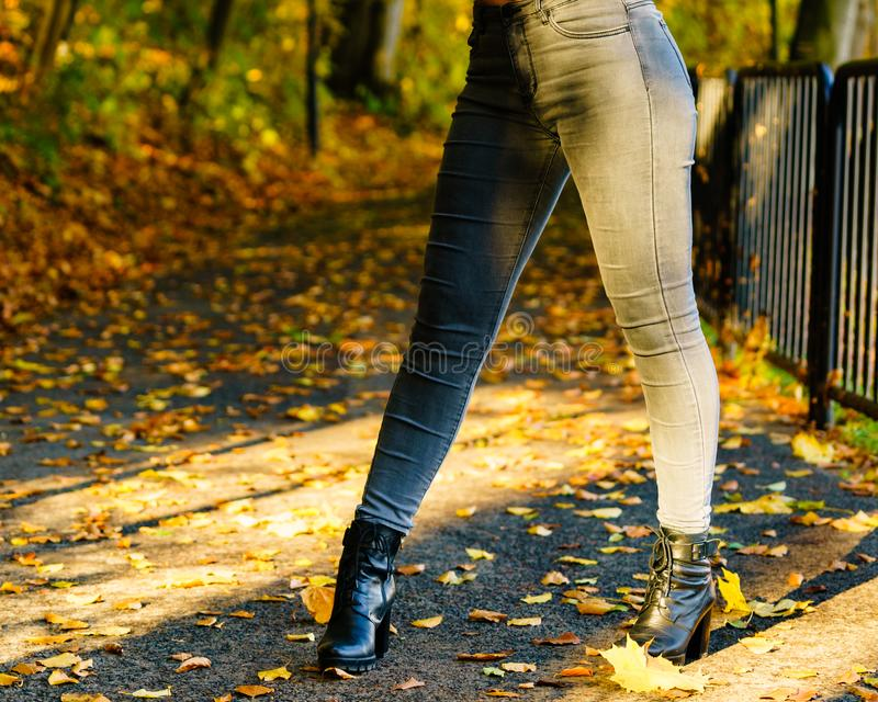 Pés fêmeas em botas outonais fotos de stock royalty free