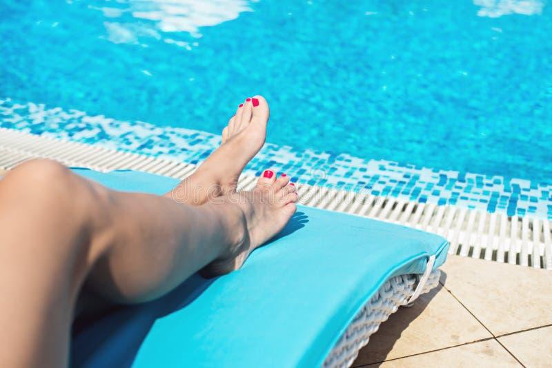 Pés fêmeas na água azul imagens de stock