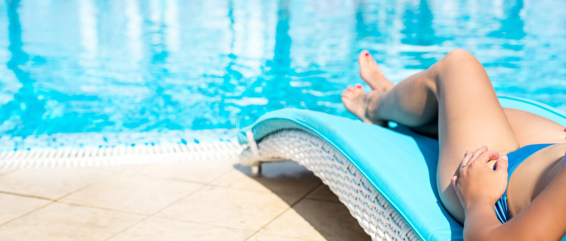 Pés fêmeas na água azul foto de stock royalty free