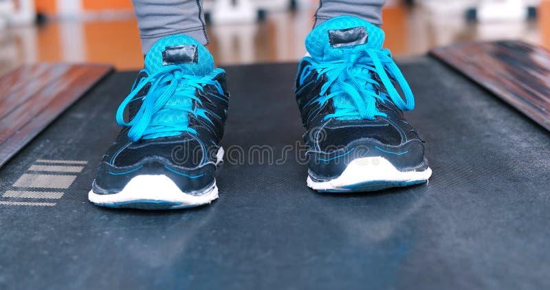 Pés fêmeas pretos nas sapatilhas imagens de stock royalty free