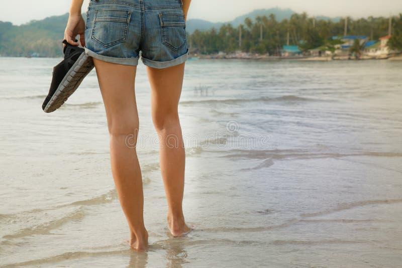 Pés fêmeas que andam na água fotografia de stock royalty free