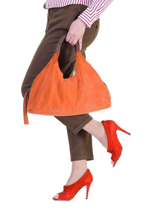 pés fêmeas que desgastam sapatas vermelhas elegantes. foto de stock royalty free