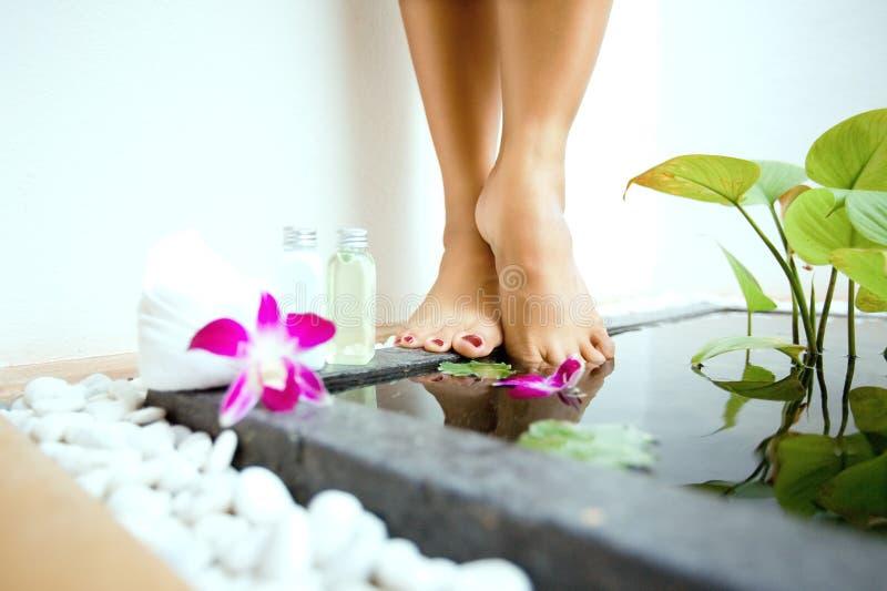 pés femininos por um banho sunken do pé imagens de stock royalty free