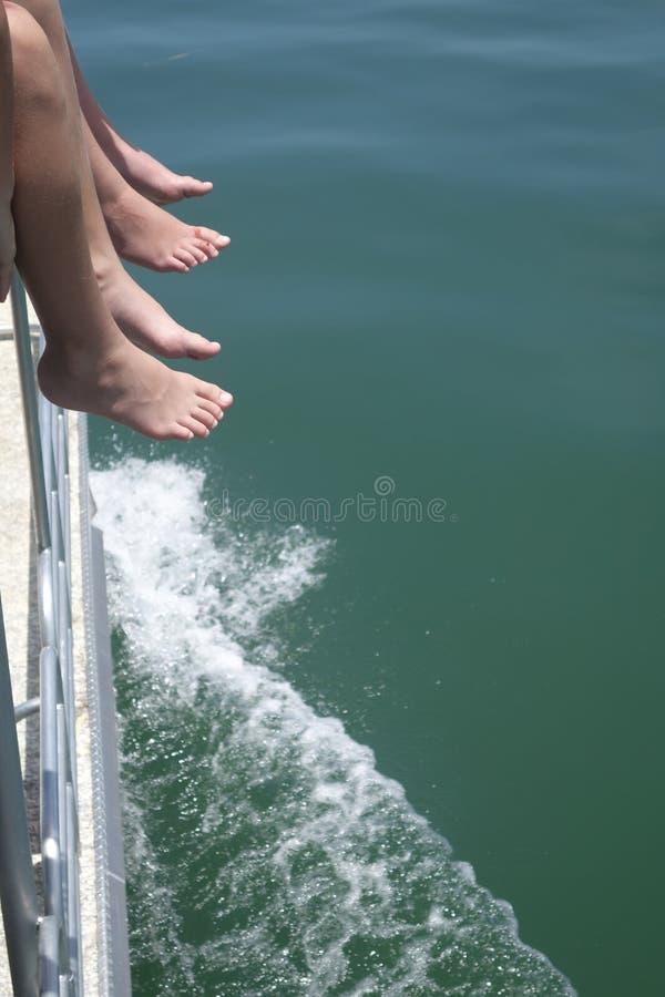 Pés fora de um barco imagens de stock