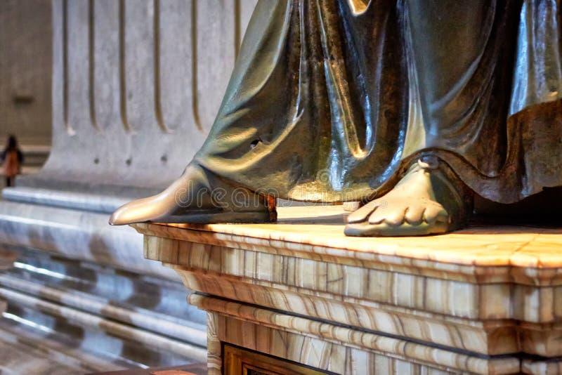Pés gastados da estátua de St Peter na basílica de St Peter fotos de stock