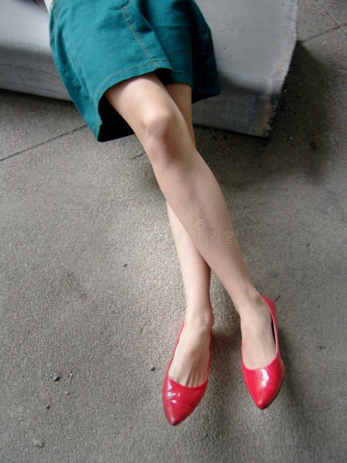 Pés longos com sapatas vermelhas foto de stock