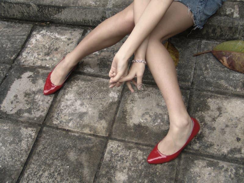 Pés longos com sapatas vermelhas imagem de stock royalty free