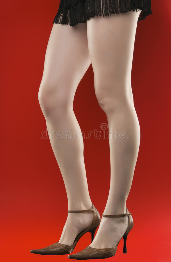 Pés longos 'sexy' da mulher nos saltos elevados fotos de stock royalty free