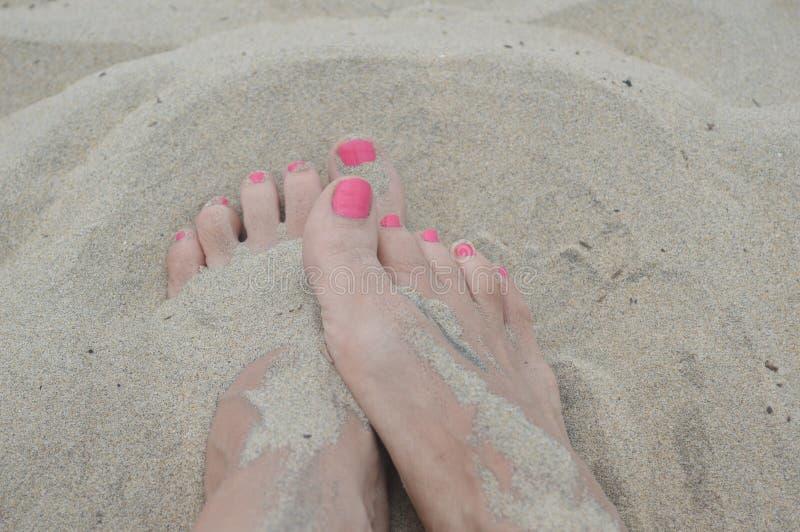 Pés na areia foto de stock royalty free