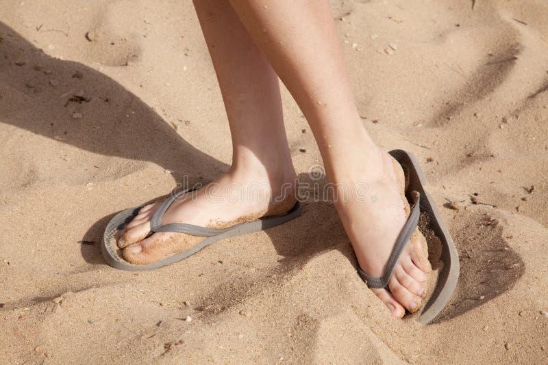 Pés na areia com flip-flops fotos de stock