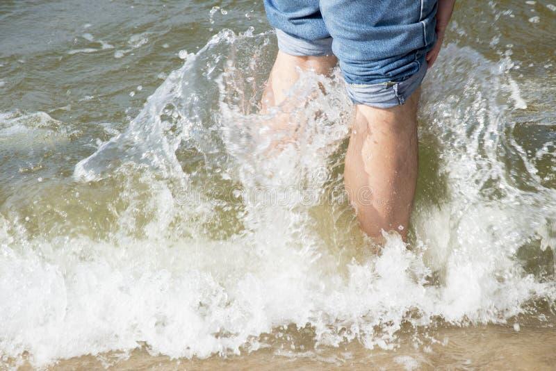 Pés na foto do mar da onda Imagem bonita, fundo, papel de parede imagens de stock royalty free