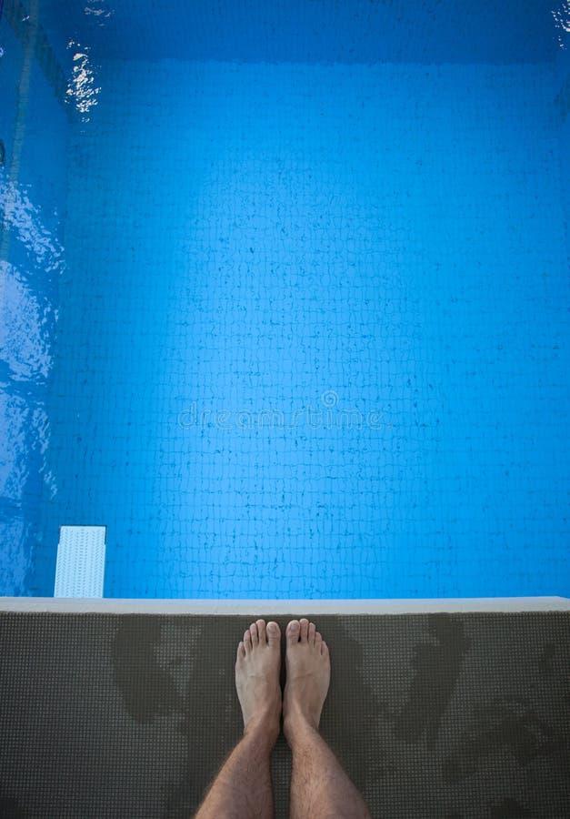 Pés na plataforma de mergulho imagem de stock