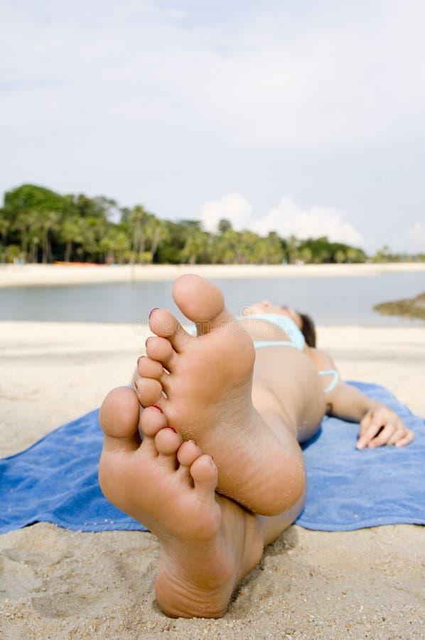 Pés na praia imagens de stock royalty free