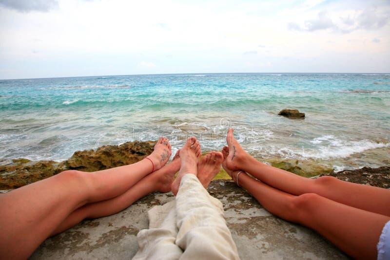 Pés na praia em Bermuda foto de stock royalty free