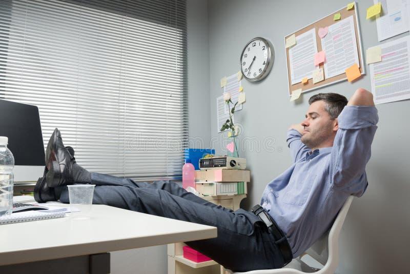 Pés preguiçosos do trabalhador de escritório acima imagem de stock royalty free