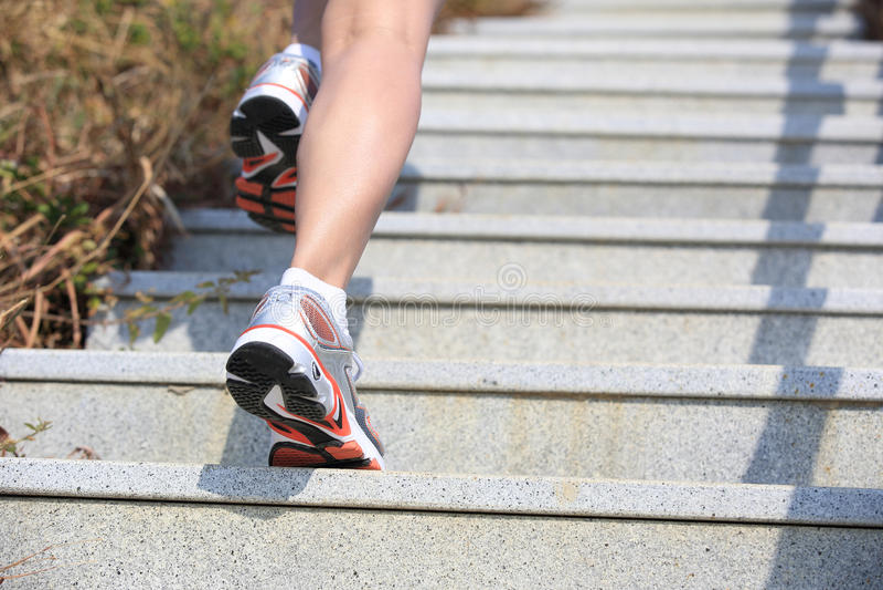 Pés que correm acima em escadas da montanha foto de stock royalty free