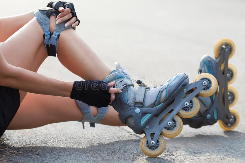 Pés que vestem a sapata da patinagem de rolo fotos de stock