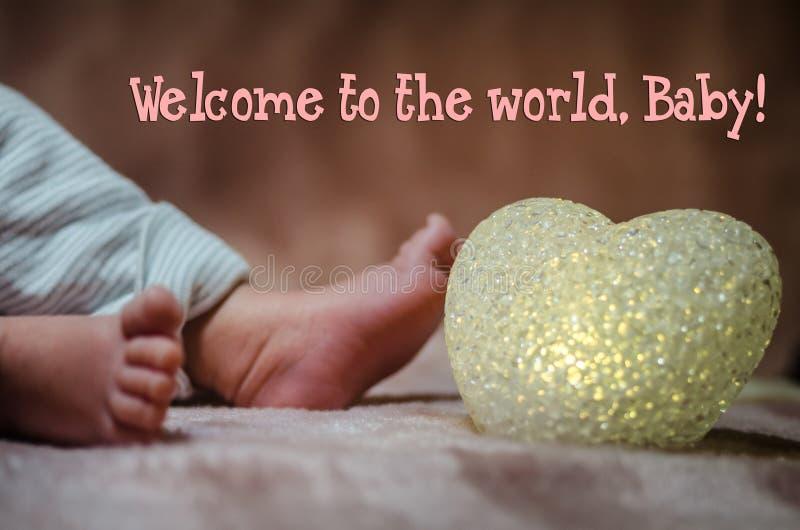 Pés recém-nascidos do bebê no fim da cama acima Conceito de família feliz Imagem conceptual bonita da maternidade Útil como o car imagem de stock