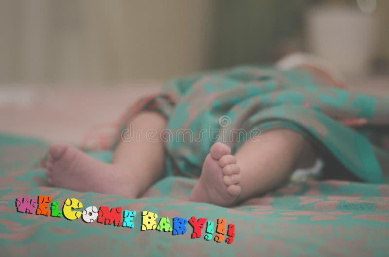 Pés recém-nascidos do bebê no fim da cama acima Conceito de família feliz Imagem conceptual bonita da maternidade Útil como o car imagem de stock royalty free
