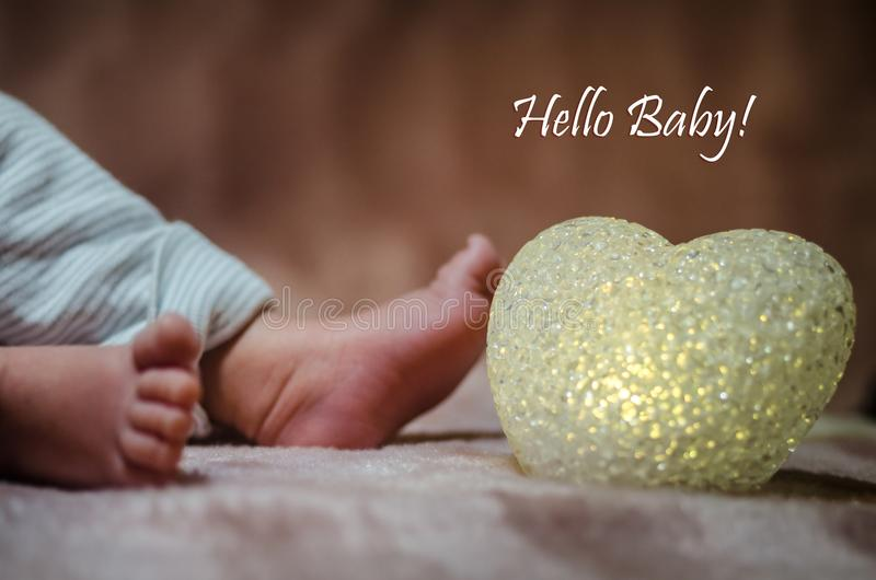 Pés recém-nascidos do bebê no fim da cama acima Conceito de família feliz Imagem conceptual bonita da maternidade Útil como o car fotos de stock