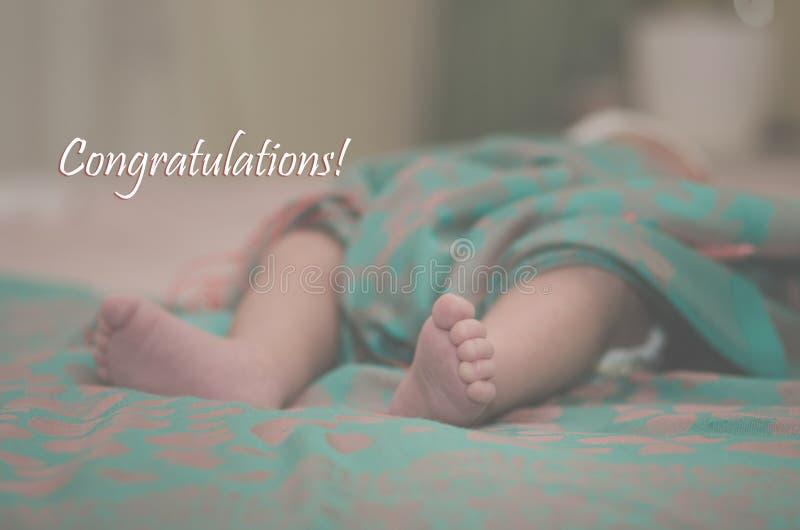 Pés recém-nascidos do bebê no fim da cama acima Conceito de família feliz Imagem conceptual bonita da maternidade Útil como o car fotografia de stock royalty free