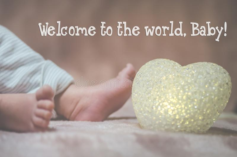 Pés recém-nascidos do bebê no fim da cama acima Conceito de família feliz Imagem conceptual bonita da maternidade Útil como o car fotos de stock royalty free