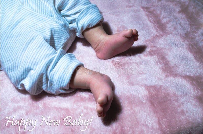 Pés recém-nascidos do bebê no fim da cama acima Conceito de família feliz Imagem conceptual bonita da maternidade Útil como o car foto de stock royalty free