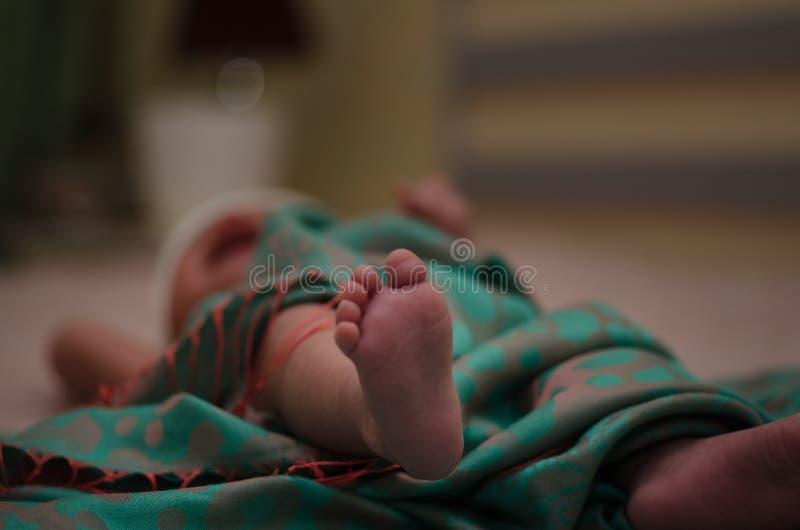 Pés recém-nascidos do bebê no fim da cama acima Conceito de família feliz Imagem conceptual bonita da maternidade Útil como o car imagens de stock royalty free