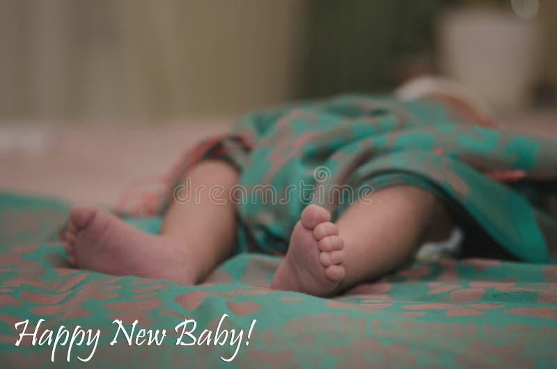 Pés recém-nascidos do bebê no fim da cama acima Conceito de família feliz Imagem conceptual bonita da maternidade Útil como o car imagens de stock