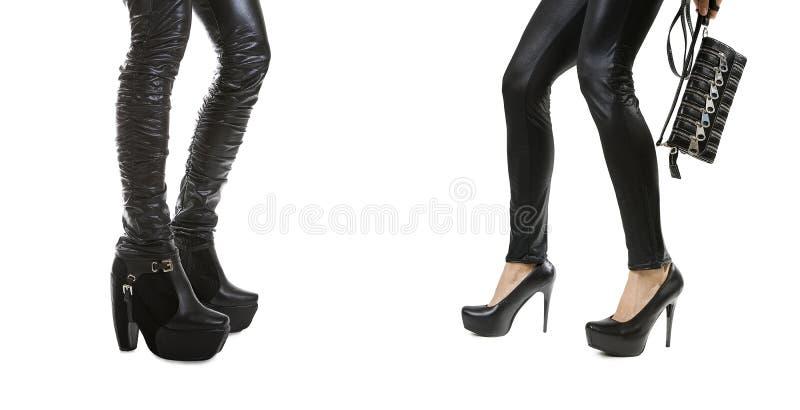 Pés 'sexy' fêmeas em botas de couro pretas à moda fotos de stock