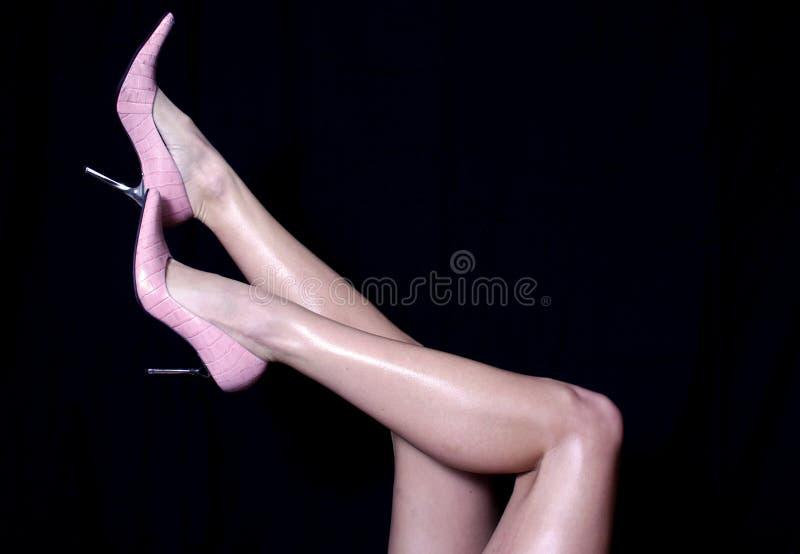 Pés 'sexy' nos saltos cor-de-rosa fotografia de stock