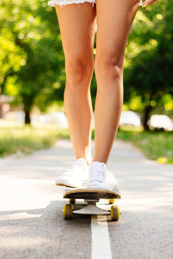 Pés skateboarding de pressa imagem de stock