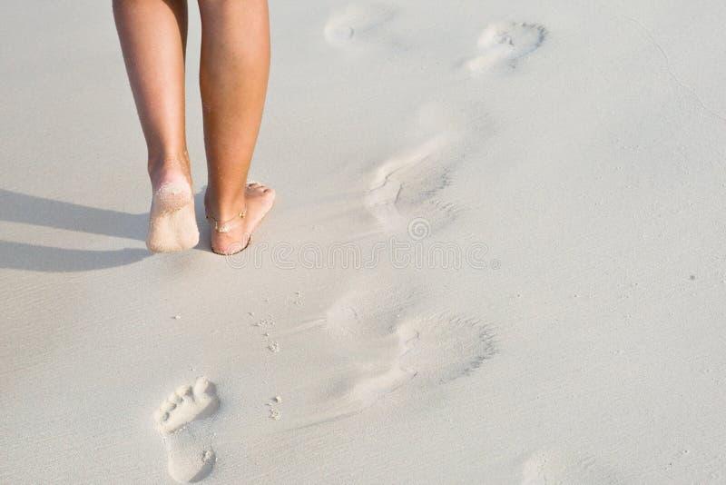 Pés Tanned na praia fotografia de stock