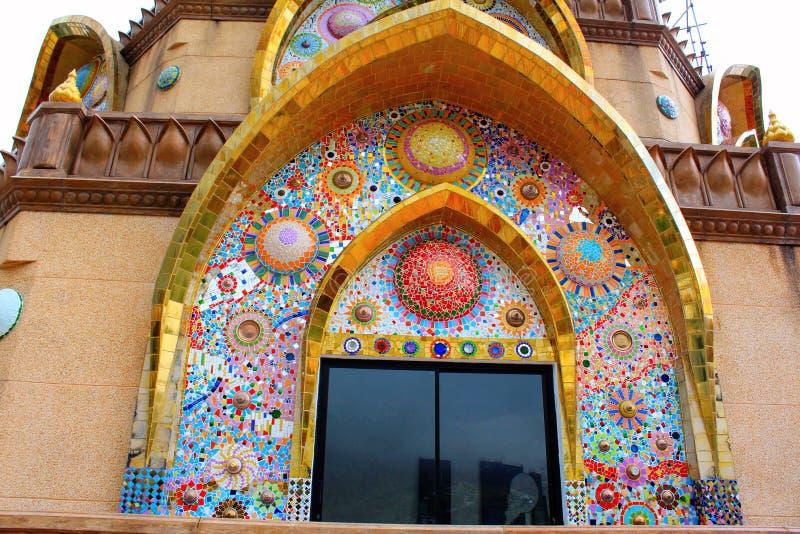 A pétala deu forma ao projeto da parede decorada com as telhas de mosaico coloridas em Pha Sorn Kaew, Khao Kor, Phetchabun, Tailâ fotos de stock royalty free