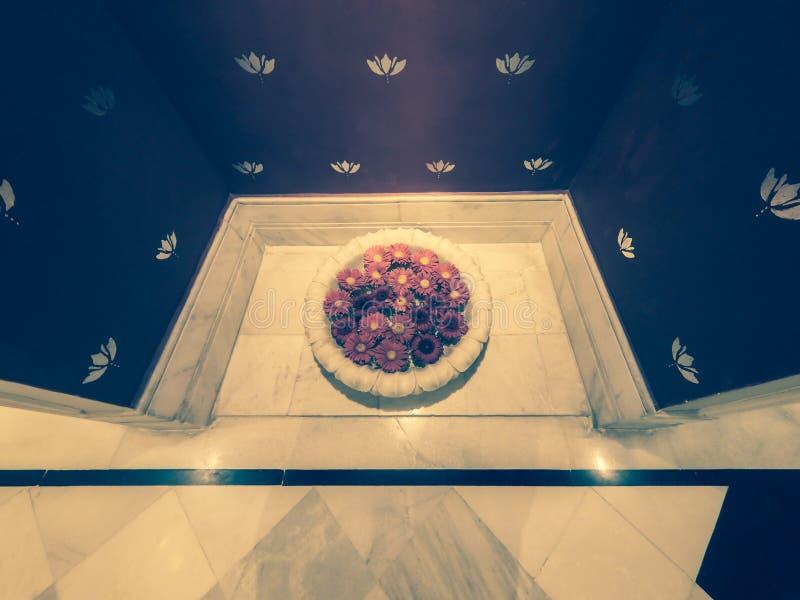 Pétalas de Rosa em uma bacia de água colocada em uma alcova com o assoalho de mármore na entrada a uns termas luxuosos imagens de stock royalty free